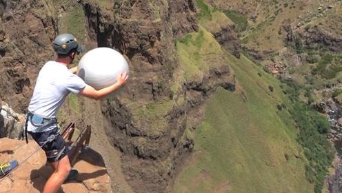 外国小伙解锁瑜伽新玩法!瑜伽垫在高空悬崖中扔下,会发生什么?