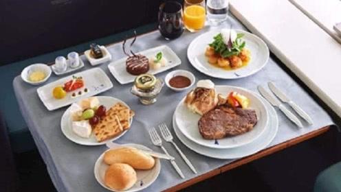 坐飞机出差时,向空姐多要一份飞机餐,会不会被嘲笑?结局太暖心