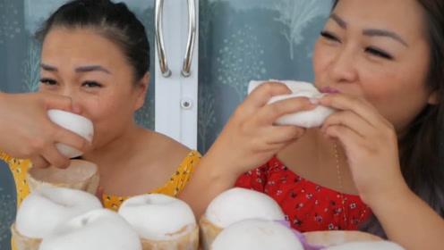 姐妹俩比赛吃椰子,手忙着往嘴里塞,嘴巴都嚼不过来,最后谁赢了?