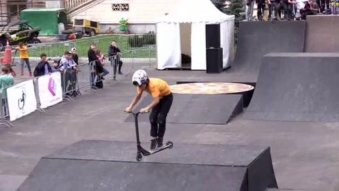 小男孩的滑板车表演时间,实在是太棒了