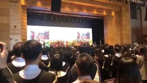 香港大学暖心一幕:毕业生齐声高唱国歌