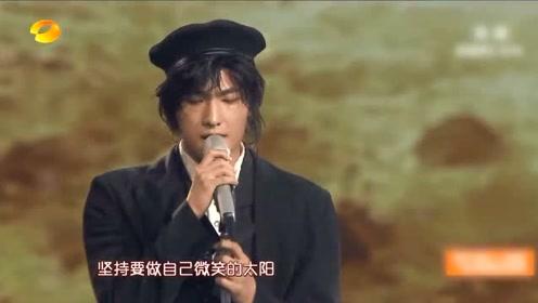杨洋超帅气演唱,怎么能这么帅,台下的女孩子眼睛都看直了