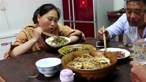 胖妹上大哥家蹭饭吃,河边收获大家伙做菜吃,大嫂被胖妹吃相给看呆了!