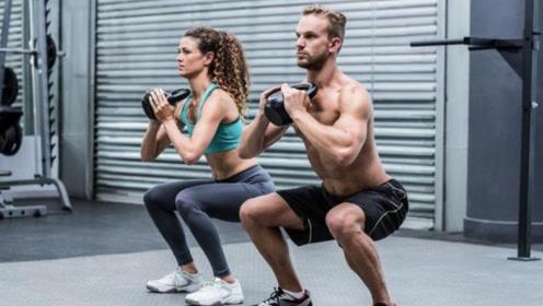 深蹲伤膝盖?国外男子为健身每天100个深蹲,并且一坚持就是五年!