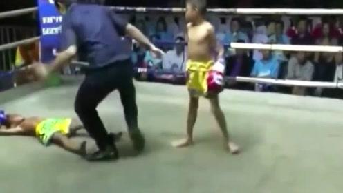 这个小孩不一般,10岁就能一脚KO对手了,将来前途无量