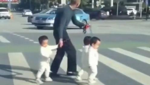奶爸带三孩子过马路,最后操作看笑了!