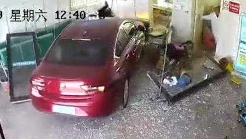 小车突然冲入输液大厅 大人小孩4人瞬间被撞翻