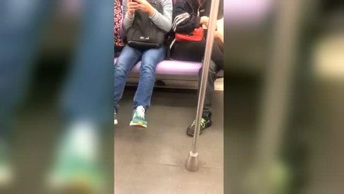 淡定哥脚踩地铁恶霸
