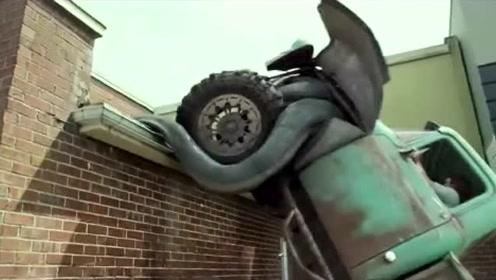 电影:卡车里进了一个怪物,从此飞檐走壁无所不能,警察也追不上