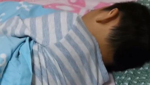 儿子睡觉总出汗,掀开被子一看,总算找到原因了!