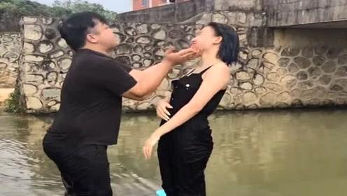美女正在河边玩水,见到陌生人礼貌问候,结果却被人一脚踹进水里!