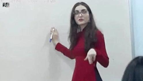 外教女老师上课时被偷拍走红,因长相漂亮学生们争着上她的课