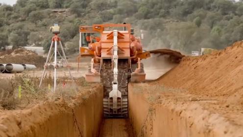 """世界上最猛的""""切割机"""",能把土地拦腰截断,一击切出5.5米深沟"""