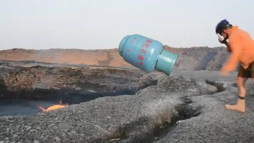 老外作死将煤气罐丢进火山,下一秒转身就跑,视频记录下惊险时刻