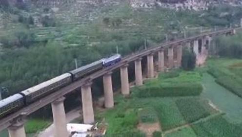 中国最难建的铁路,30万人花12年心血才完成,改变千万人民命运!
