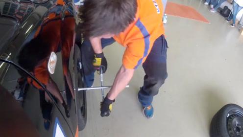 手动换轮胎有多快?4个人1分钟换好4个轮胎,单身多少年?