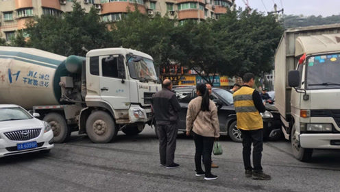 重庆发生一起多车相撞事故 现场4车不同程度受损
