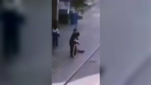 穿校服女生被男子当街侵扰挣脱跑开 监控拍下惊心瞬间