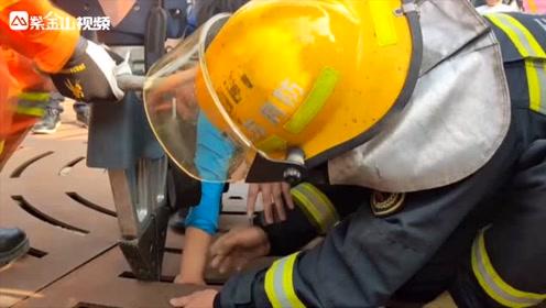 江苏一男孩手被卡喷泉缝隙中,获救后被妈妈吐槽:你手胖呀!