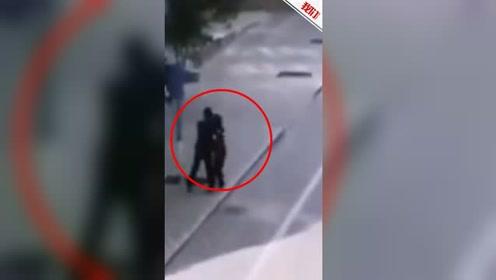 甘肃白银一男子当街强抱女学生 警方:已抓获归案