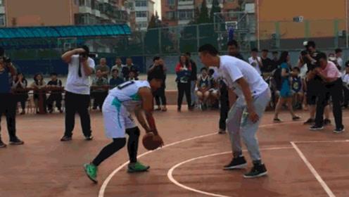 脸丢大了!男篮球员翟晓川与中学生单挑,球运着运着就没了