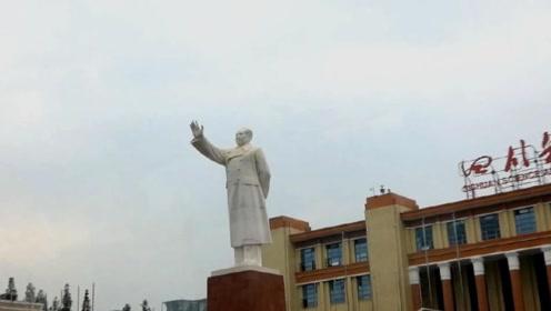 成都天府广场毛主席塑像,高度达到30米,毛主席在跟我们挥手!