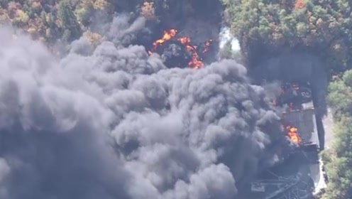 黑烟滚滚,烟尘弥漫!日本广岛县一仓库起火 火势蔓延至周边森林
