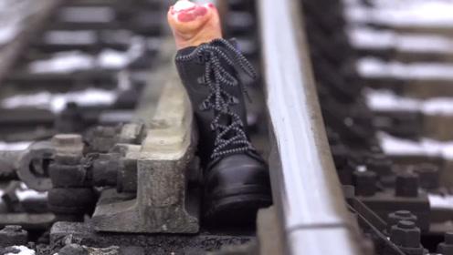 在铁路旁边玩,脚被岔道口夹住有多可怕?看猪蹄下场就知道!