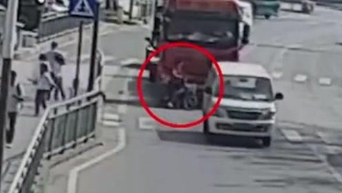 女子骑车经过大货车盲区 被卷车底碾压身亡