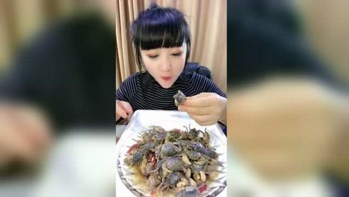 牙口好吃啥都那么香,这发财蟹连壳都能咽啊