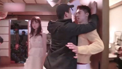 演员被男导演强行壁咚,演员扭头想跑,导演怒斥:你怕什么?