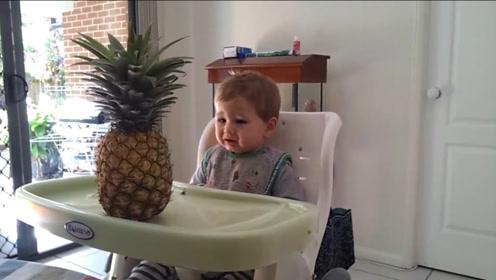 妈妈让小宝宝自己选水果,当菠萝一上桌,小娃立马崩溃了,快拿走