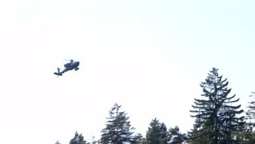 AH-64D阿帕奇武装直升机表演低空悬停