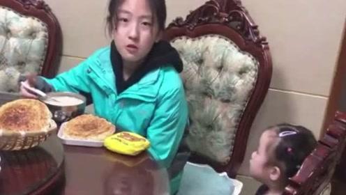 前一秒还教训姐姐吃饭说话,后一秒被姐姐吓得秒怂!