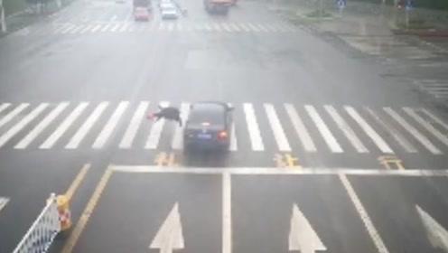 重庆永川:行人闯红灯,汽车撞上结果出车祸了!谁的锅