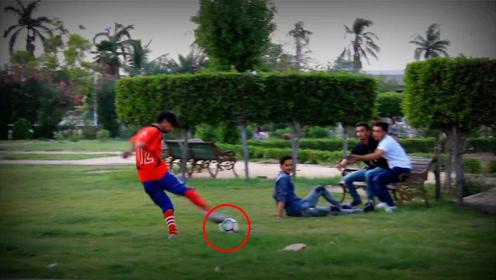恶作剧:假装在路人面前猛地踢足球!吓得路人直躲,太欠揍了