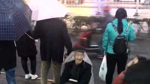 下雨天,卖菜的大爷,真可爱!