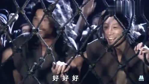 """""""力王""""送牢头下黄泉,狱友们欢呼叫好,大家重获自由了!"""