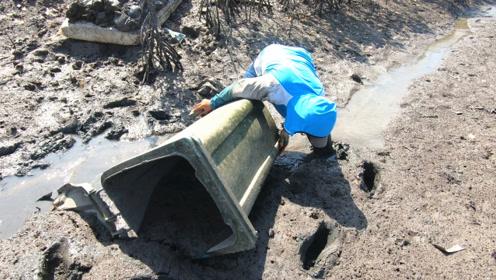 在海滩上发现个垃圾桶,掀开的瞬间,小伙高兴坏了