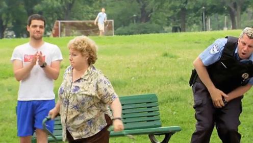 国外小伙恶搞老奶奶,不料反被老奶奶整蛊,镜头记录搞笑过程!