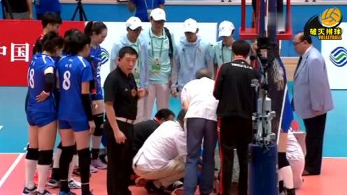 一代女排名将徐云丽因为这球就此退役,被担架抬出赛场,这一幕我看哭了