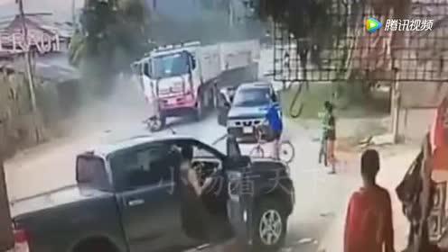 电动车妹子呆在马路中间!大卡车为了救她!把自己害惨了