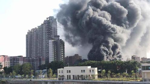 广东佛山一工厂失火,浓烟如同世界末日