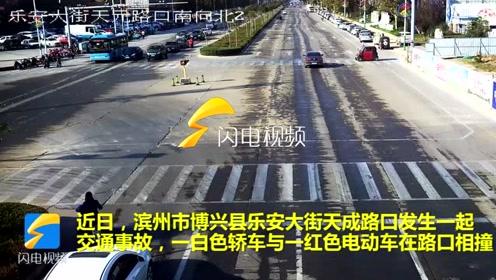 滨州博兴一车辆闯红灯并未减速通过路口酿事故
