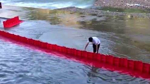 小小的金属板就能挡住水,网友:这可比沙袋方便多了!