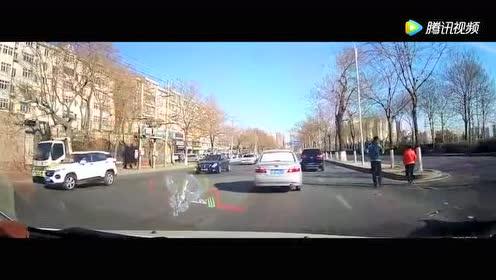 电动车撞上闯红灯的渣土车!记录仪拍下这揪心