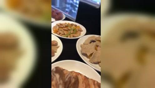 满满一桌子菜肴,全是用石头做的,太逼真了!