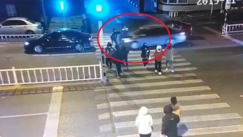 廊坊一高校门口惨烈车祸 2人被疾驰小车撞飞挤压凶多吉少