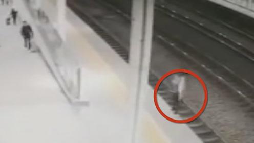 感情受挫女子跳轨轻生 客运员站台上演生死50秒