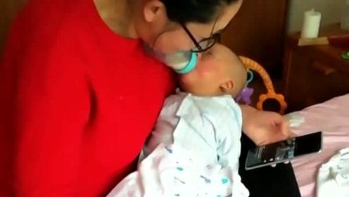 媳妇一个人在家带娃,下巴顶住奶瓶就能喂,一只手玩手机一只手吃零食!